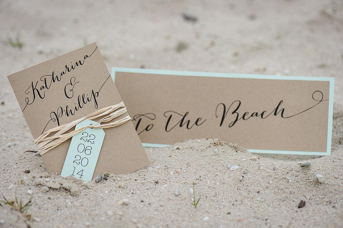 Einladungskarte Hochzeit im Sand liegend