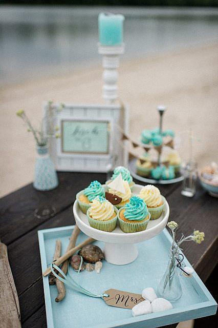 Hochzeit am See Inspiration Tischdeko mit Cupcakes und Tischpapeterie