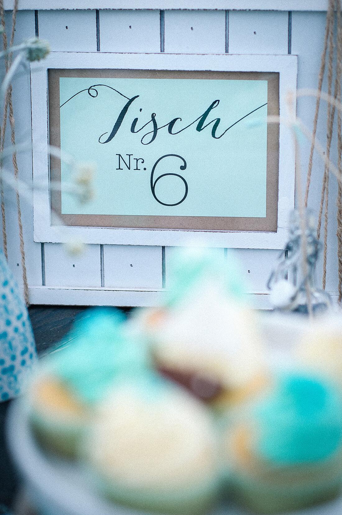 Tischkärtchen für Hochzeit am See Kraftpapier blau beige