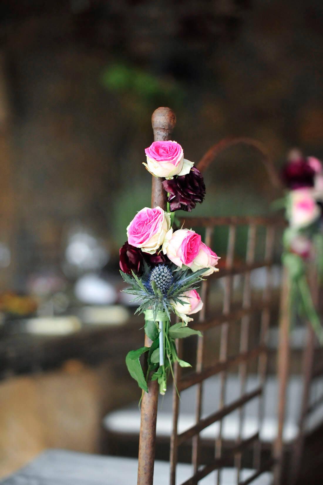 Hochzeit auf Mallorca Blumengesteck am Stuhl