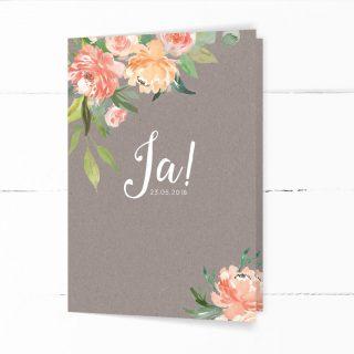 Hochzeitseinladung in grauer Kraftpapieroptik, verziert mit Pfingstrosen, Eukalyptus und Olivenzweigen mit weißer Kalligrafie-Schrift in Aquarelltechnik.