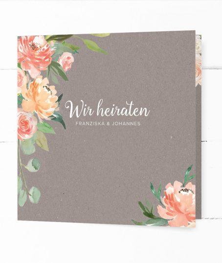 Hochzeitseinladung in grauer Kraftpapieroptik, verziert mit pfirsichfarbenen Pfingstrosen, Eukalyptus und Olivenzweigen in Aquarelltechnik
