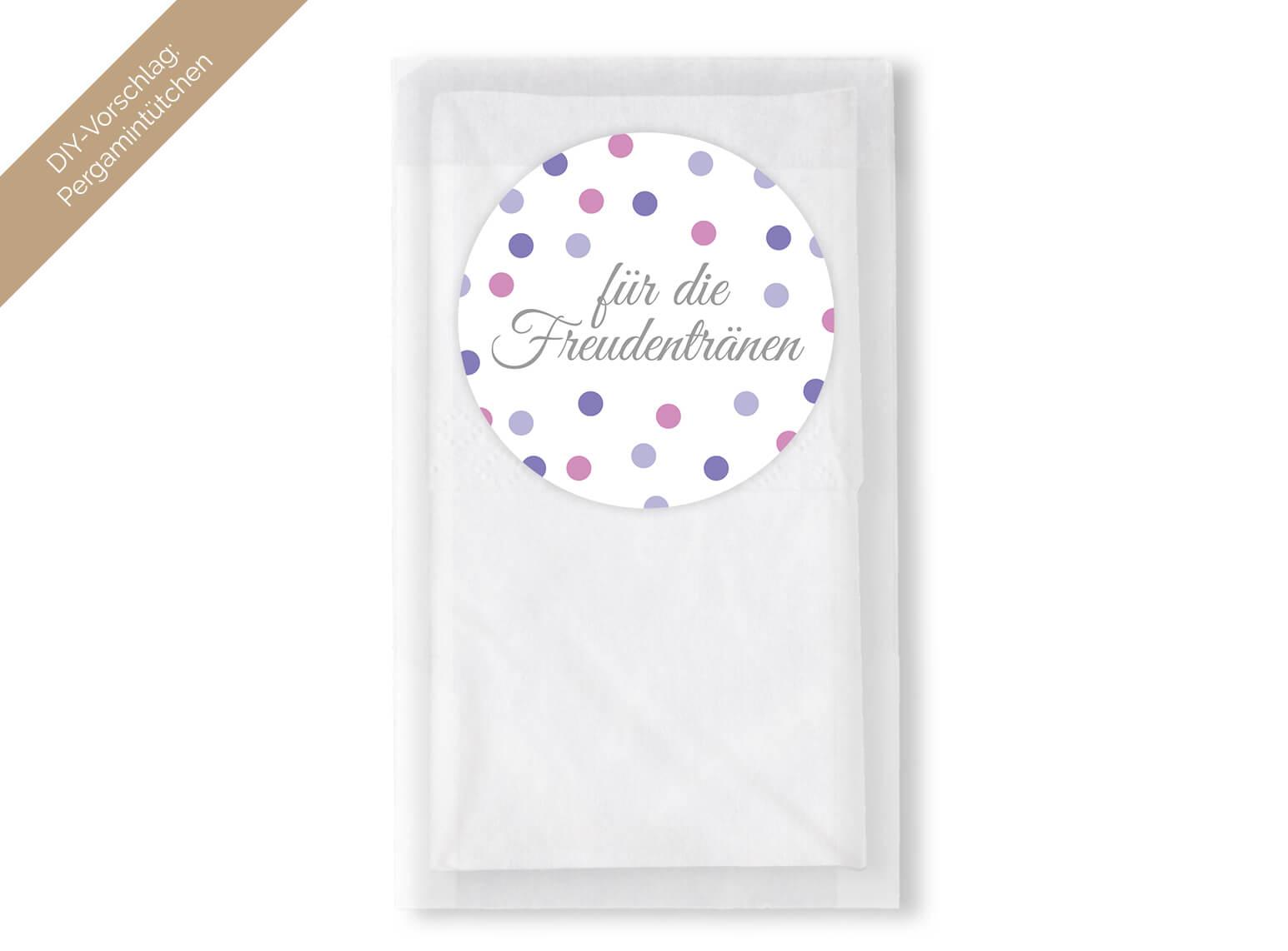 Runde Aufkleber für die Freudentränen auf Pergamintütchen mit Taschentüchern